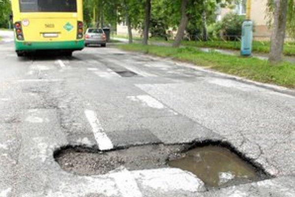 Podhradová. Jazdia po nej spoje MHD, mesto tvrdilo, že také cesty sú už opravené...