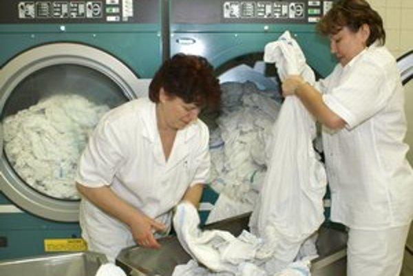 Nemocničná bielizeň. Zrušenú práčovňu nahradil univerzitnej dodávateľ z Tatier. Deťom perú v Trnave.