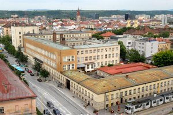 Pošta Košice I. Sídli v komplexe, ktorý je už dlho na predaj.