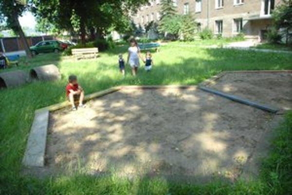 Národná trieda – Vodárenská. Aj na toto ihrisko môžu ľudia prispieť, aby ho opravili čím skôr.