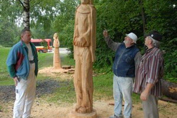Laco Staňo mladší, starší a Miro Janič obdivujú ešte nedokončeného šuhaja.