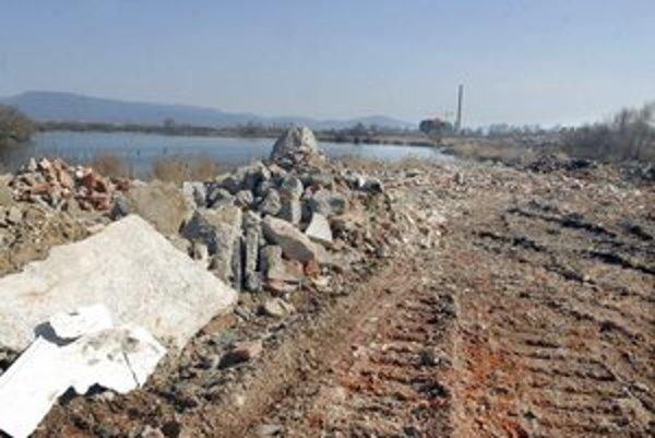 Stavebný odpad pri jazere. Vyvoláva množstvo otázok.