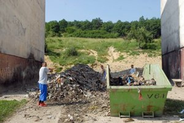 Hrebendova. Odpad musia odstrániť, aby mohol blok padnúť.