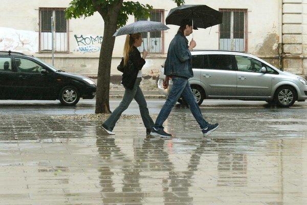 Cez víkend nezabudnite na dáždniky.