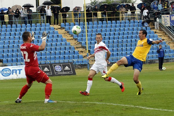 M. Viazanko (vpravo) strieľa prvý gól Košíc.
