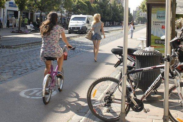 Cyklochodník na Hlavnej. Jeden z mála v Košiciach s obľubou využívajú aj peší návštevníci centra, ktorý naň nepatria