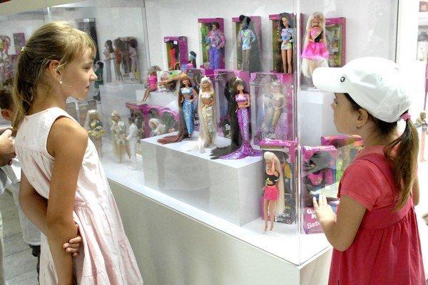 Dlhovlasé sú najobľúbenejšie. Prázdninujúce dievčatá mohli na bábikách oči nechať.