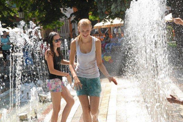 Extrémne teplo. Schladiť sa môžete aj vo fontáne.
