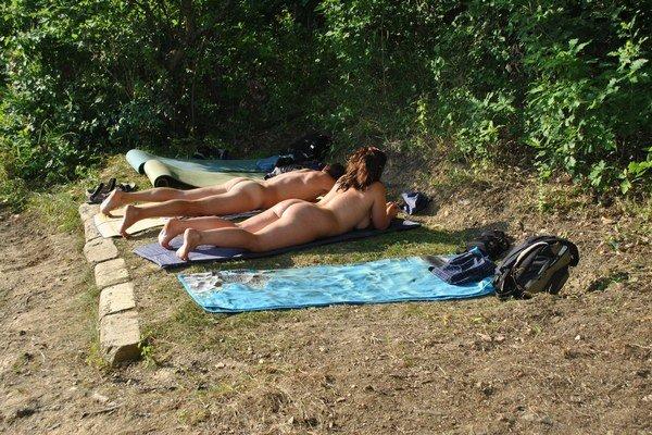 Žiadne biele miesta po plavkách. Nudisti si na Bukovci vychutnávajú slniečko.