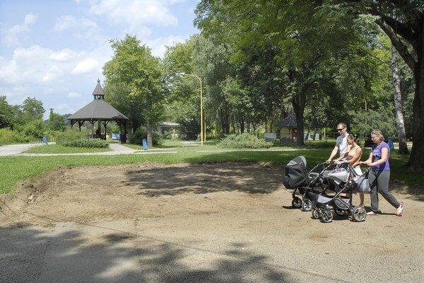 Liliana a Nikolas. Ešte sú v kočíku, na novom ihrisku sa zahrajú asi až budúci rok.