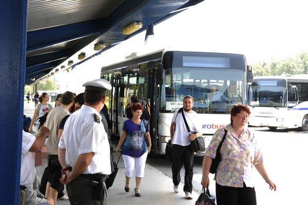Prímestské autobusy. Aj v nich vás môžu skontrolovať revízori.
