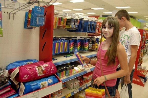 Siedmačka Tatiana. Školské potreby nakupovala spoločne s bratom.
