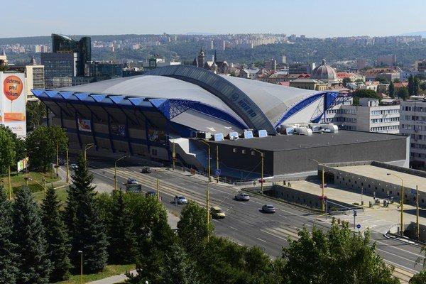 Steel Aréna, hokejový štadión v Košiciach, vpravo tréningová hala a parkovací dom, v pozadí centrum mesta.