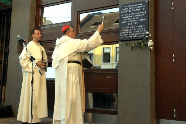 Pamätná tabuľa. Požehnal ju arcibiskup český, Jeho Eminencia Dominik kardinál Duka.