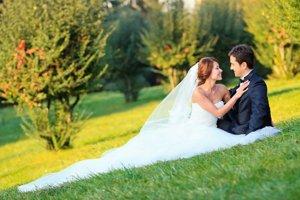 Šťastný pár. Nevesty sú najkrajšie s jemným líčením a v bielych šatách.