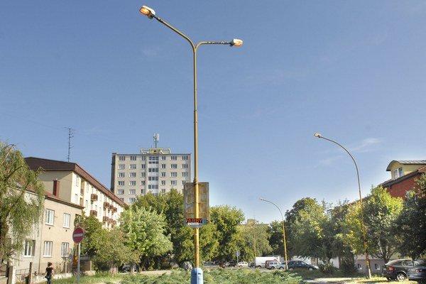Roh Tolstého a Tomášikovej 16. hod. Lampy žerú elektrinu.