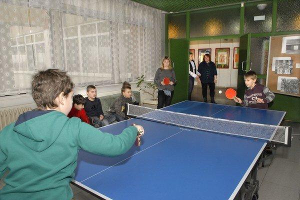 Na krúžkoch si deti zahrajú aj stolný tenis.