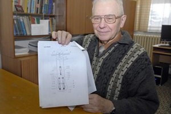Profesor Lazar s nákresom stroja. Hĺbenie sa stalo jeho životnou náplňou.