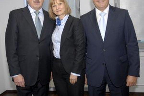 Gratulanti a riaditeľ, Zľava Pavol Paška, Zuzana Zvolenská a František Sabol.