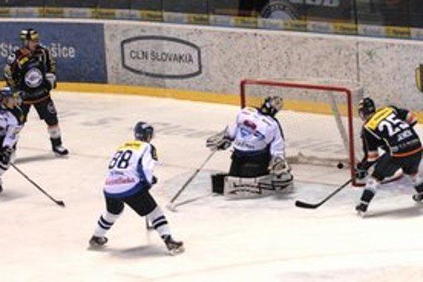 Úvodný gól. Jenčík kontroluje puk, ktorý poslal do siete Marcinko.