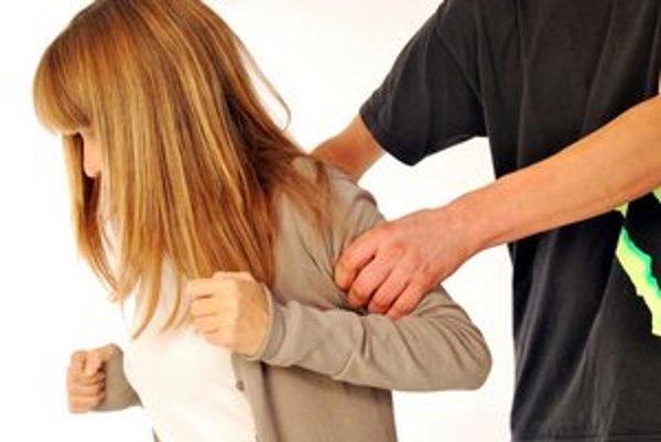 Útok sexuálneho násilníka. Žena by sa mala pokúsiť kričať, aby ho odradila, alebo si tak privolala pomoc.