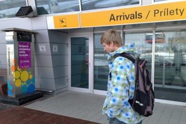 Na letisku svieti iba fialový plagát hlavného mesta kultúry.