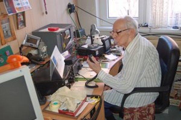 95-ročný rádioamatér G. Illéš vo svojom kráľovstve.