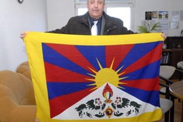 Starosta s vlajkou. Aspoň symbolicky podporia ázijský štát.