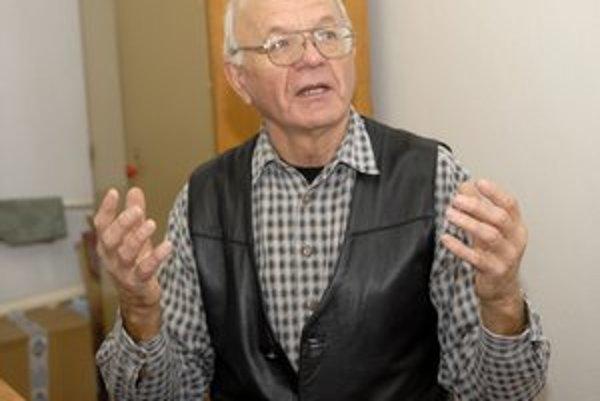 Pán Juraj Kočiš. Ani vek ho od športu neodrádza.