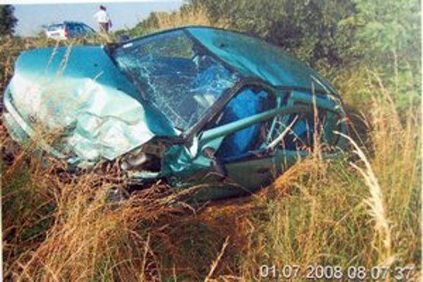 Havarovaný Fiat Punto. Jedna z cestujúcich zraneniam podľahla.