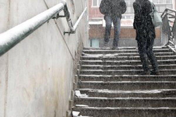 Obnažené a rozsypané. To urobil mráz so schodmi na Ťahanovciach.