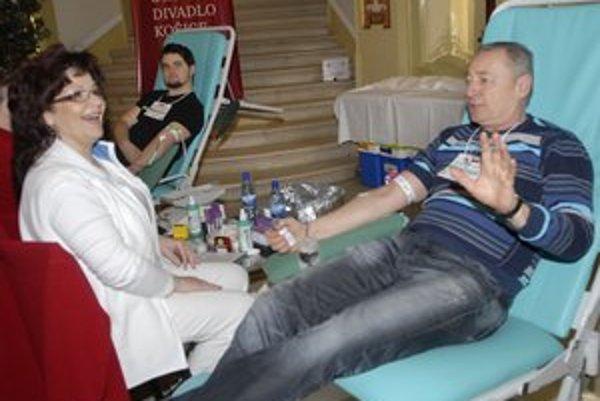 Róbert Šudík si darovanie krvi užíval. S vyloženými nohami sa vraj vždy cíti výborne.