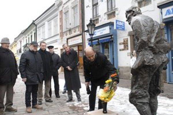 Populárna socha. K nohám Júliusa Jakobyho priniesli jeho obdivovatelia kvietky pri príležitosti jeho nedožitých 110. narodenín.