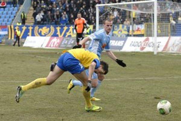 Nevinný súboj. Kamil Karaš sa chytá za nohu...