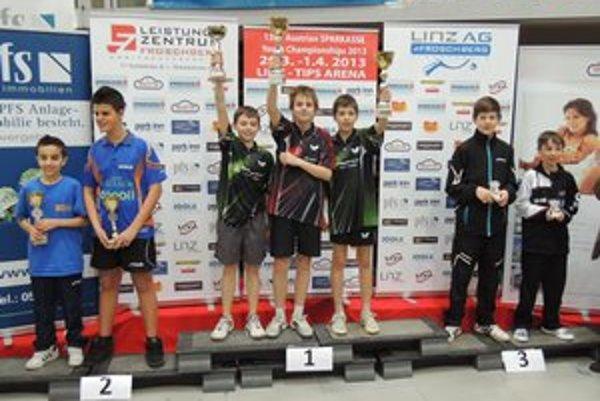 Radosť víťazov. Mladí Košičania na najvyššom stupienku v súťaži družstiev.