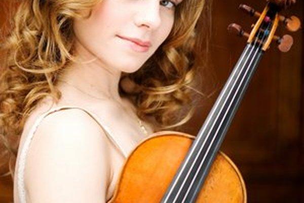 Mladučká Julia Fischer. Už ako 19-ročná dobyla newyorskú Carnegie Hall a teraz príde do Košíc.