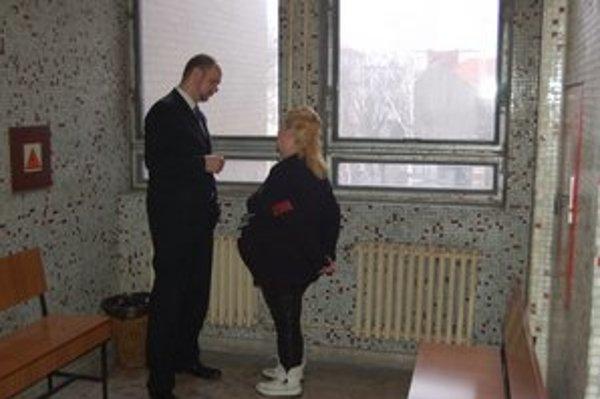 Tehotná Andrea. Pri porade s advokátom.
