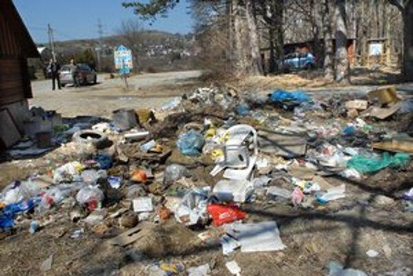 Začiatok cesty. Prípadných turistov tam vítala vo štvrtok hromada odpadkov.