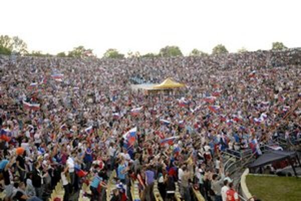 """Hokejové mestečko 2012. Na finále Slovensko – Rusko prišlo na """"amfik"""" 10–tisíc ľudí."""