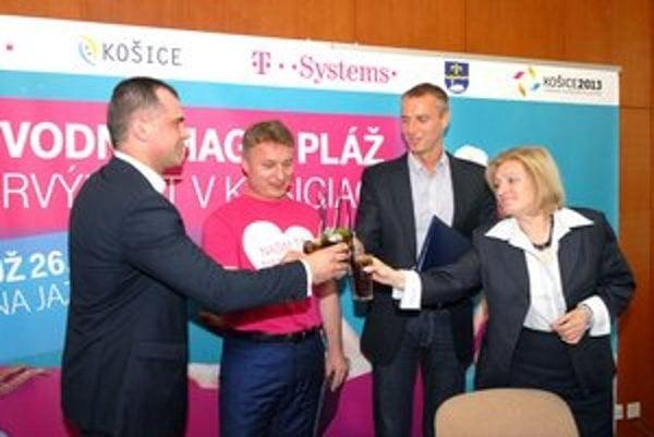 Pripili si plážovým drinkom. Memorandum podpísali Rešovský, Švalek, Raši a Jenčová.