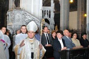 Svätá omša. Celebroval ju Mons. Bernard Bober, chrám zaplnilo vyše tisíc ľudí.