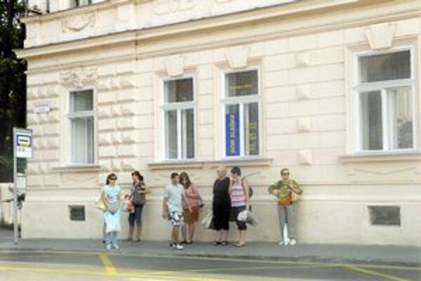 Zastávka MHD na Továrenskej ulici. Odtiaľ Róbert uniesol Karin na Zelený dvor.