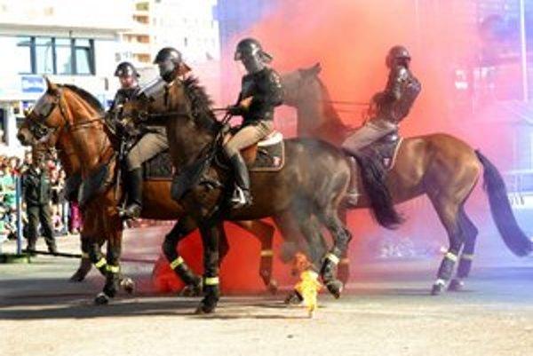 Jazdná polícia. Kone sa nesmú báť ohňa, dymu, ani rachotu.