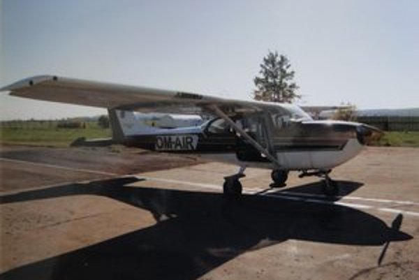 Lietadlo Cesna 172. Z tohto lietadla absolvoval Milan smrteľný pád.