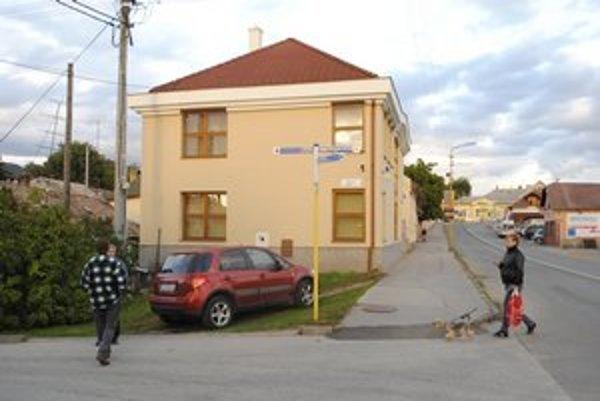 Sídlo v Moldave. Polícia si odtiaľ odniesla účtovníctvo.