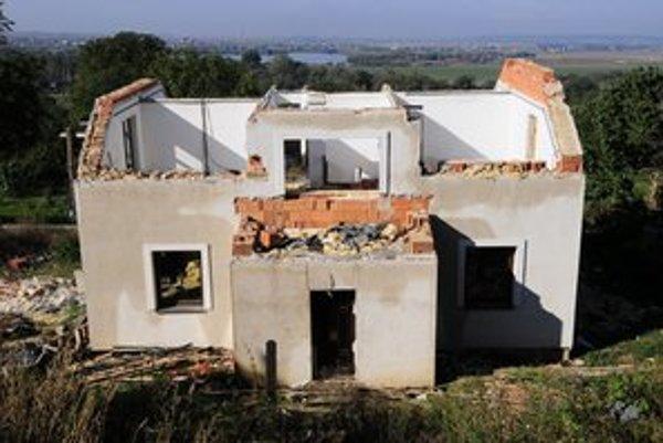 Na snímke jeden z domov, ktoré následkom zosuvu svahu museli zlikvidovať.