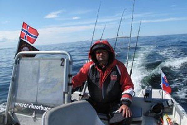 V člne na Nórskom mori. Košický advokát je už skúsený rybár.