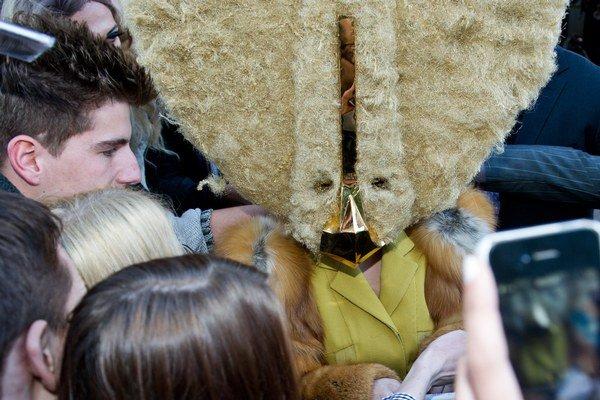 Speváčka Lady Gaga pri odchode z berlínskeho hotela Ritz Carlton.