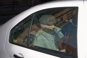 Údajný vojnový zločinec László Csatáry odchádza v aute po vypočutí na Budapeštianskej vyšetrovacej prokuratúre 8. novembra 2012.