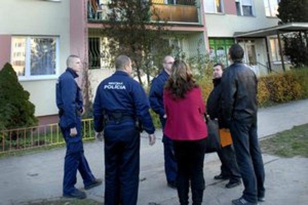 Michalovská 19. Vchod strážia pred zlodejmi mestskí policajti.